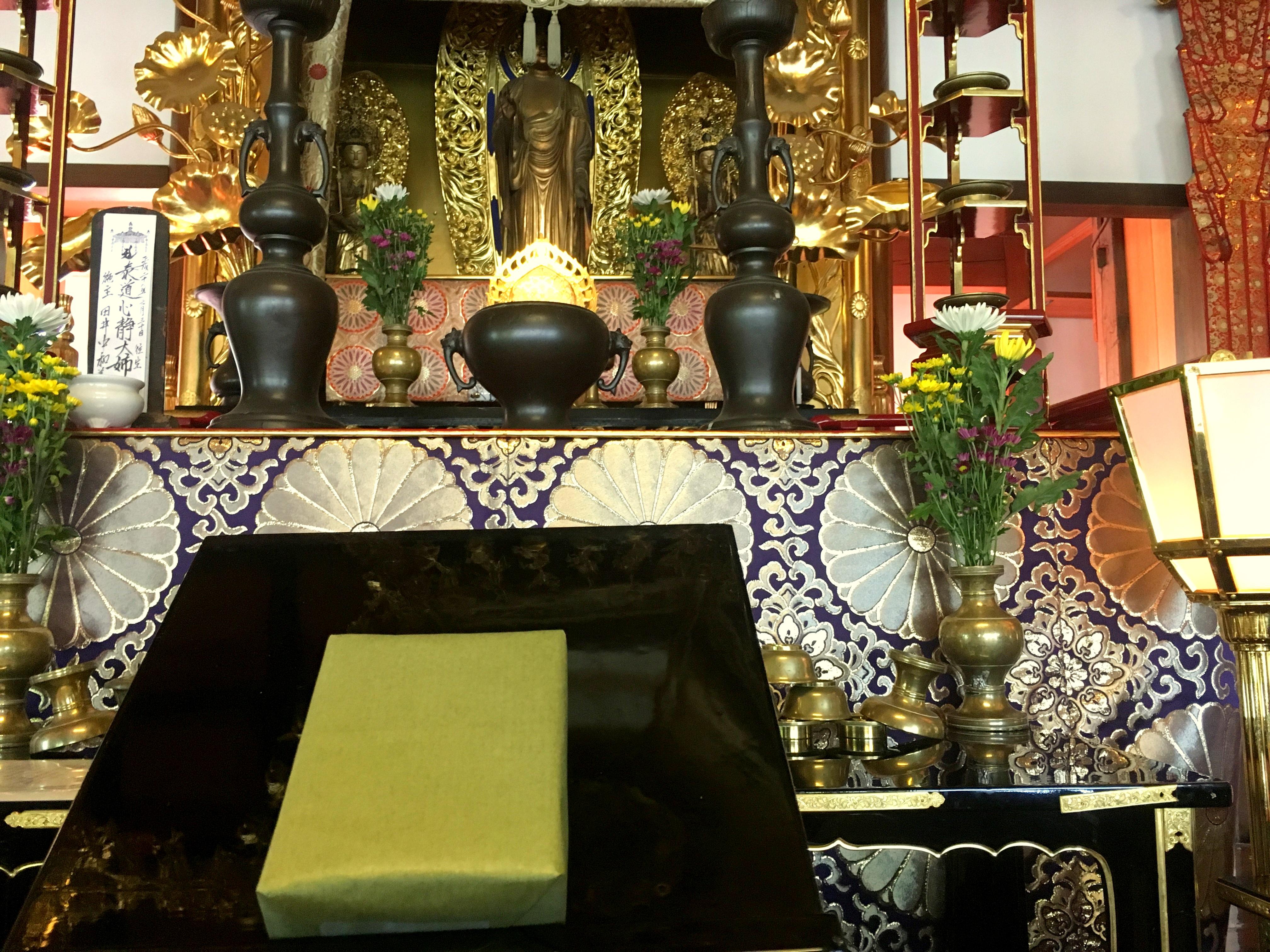 450年以上続くお寺でお参りの後にお香をお渡しします